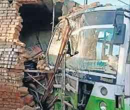 पदमपुर में बेकाबू बस दुकान में घुसी